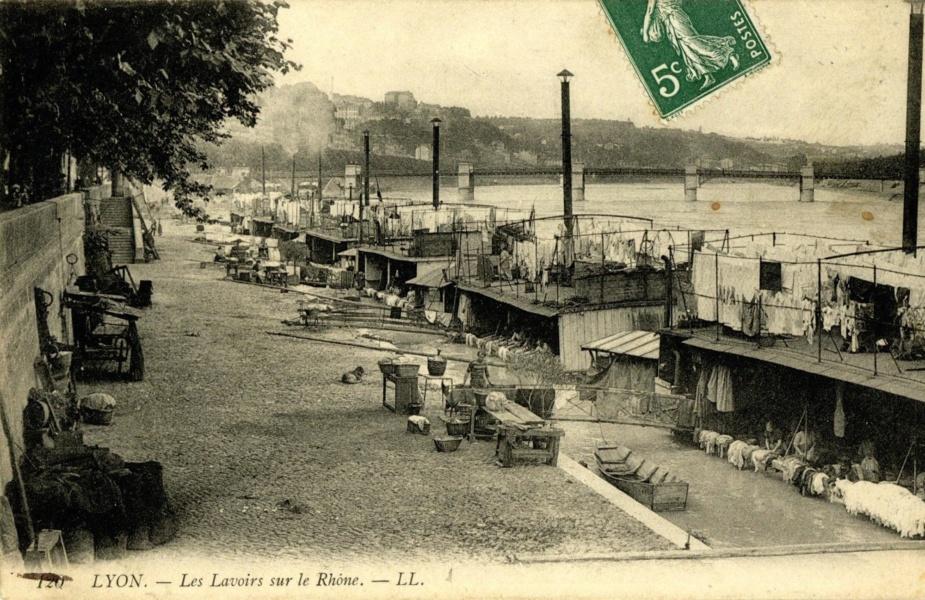 Bateaux-lavoirs sur les quais à Lyon © Coll Dürenmatt, Promofluvia- BM Lyon