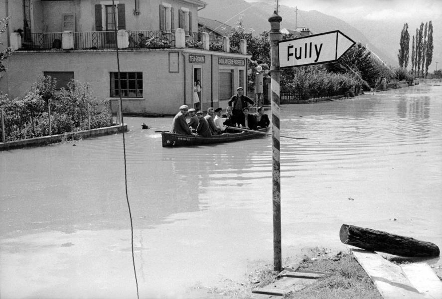 Inondation dans la Plaine du Rhone 1948 Charrat Fully © Raymond Schmid Bourgeoisie de Sion Mediatheque Valais Martigny