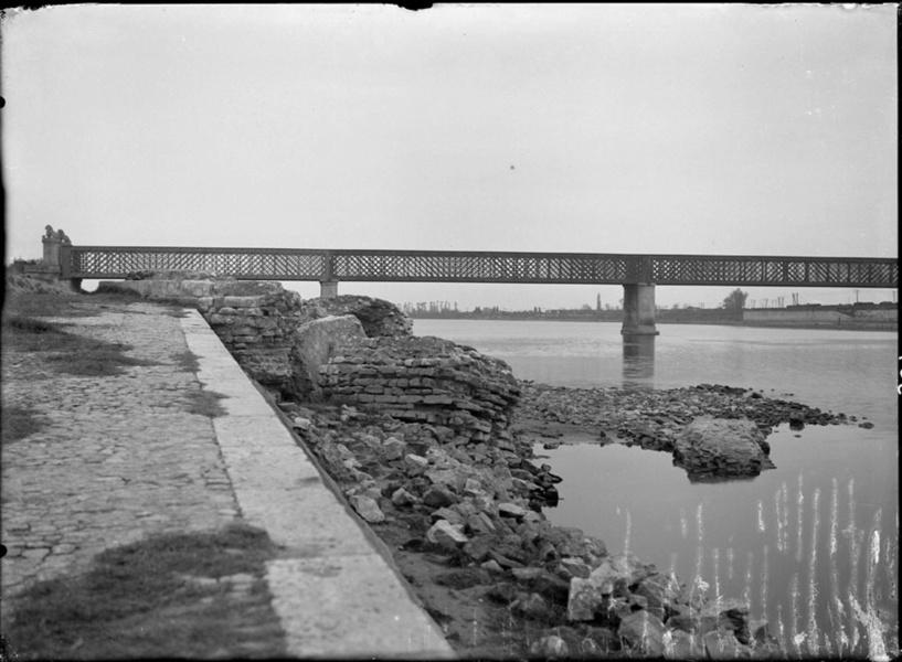 Le pont des Lions avant 1944 © Carle Naudot, Numerisation David Huguenin Coll MdC