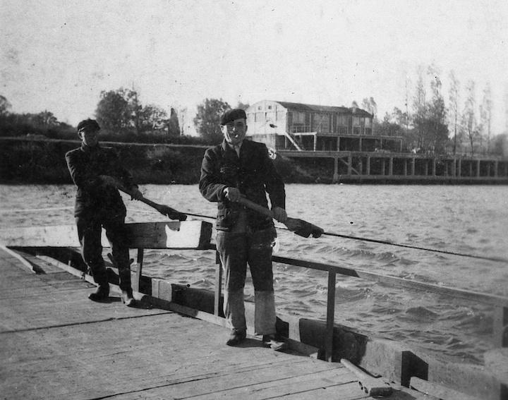 les pontonniers du bac de Gergy © DR L Bonnamour