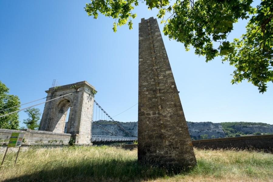 Pile de bac à traille de Viviers et pont suspendu du Robinet © Tristan Ziberman, 2015